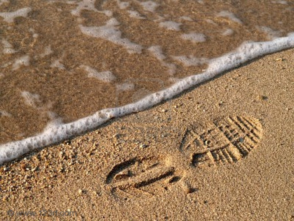 Shoe Print in Wet Sand with Wave by Nigel Monckton (us.123rf.com+400wm+400+400+nmonckton+nmonckton0808+nmonckton080800009+3417634.jpg)